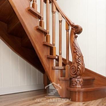 Деревянная лестница с резным столбом из дуба, г. Балашиха