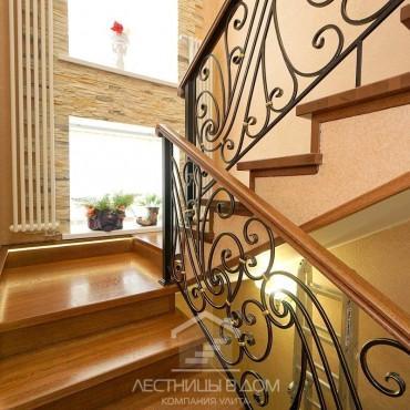 Дубовая лестница с кованым ограждением и подсветкой г. Балашиха